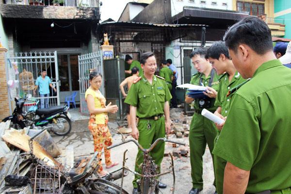 Cảnh sát khám nghiệm căn nhà mà Nam tưới xăng thiêu rụi. Ảnh: Châu Thành