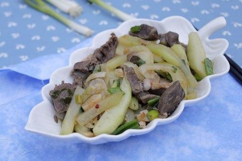 Một món xào đơn giản, lại không quá đắt đỏ trong thời kỳ bão giá, với tim lợn giòn và su su rất ngọt.