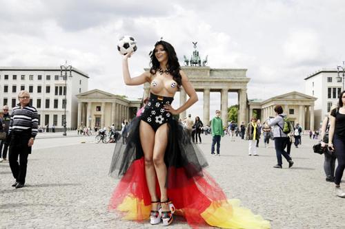 Micaela Schaefer phơi ngực trần cổ vũ tuyển Đức