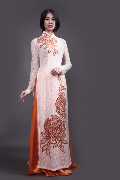 Màu trắng tượng trưng cho sự thanh khiết, trong sáng cũng phù hợp với đám cưới. Cô dâu nên chọn quần màu hồng hoặc màu đỏ phối hợp để thêm tươi tắn.