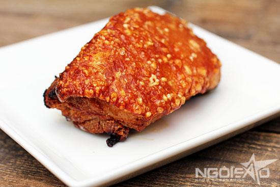 Miếng thịt quay vàng ươm, bì giòn tan.
