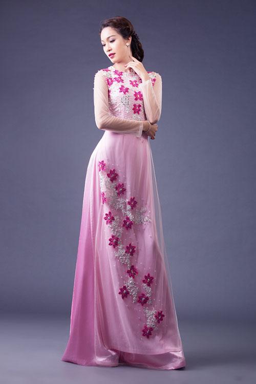 Cô dâu sẽ trở nên duyên dáng và dịu dàng hơn khi chọn gam màu này. Tuy nhiên, màu hồng khá kén người mặc và dễ bị nhạt nhòa giữ nhiều màu sắc nên cô dâu cần lưu ý khi chọn lựa.