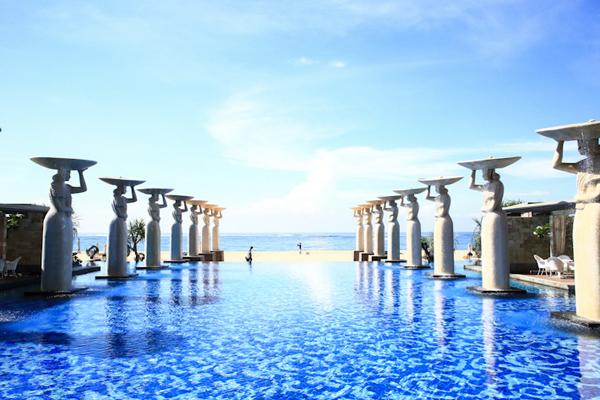 Mulia Resorts tọa lạc trên hòn đảo thần tiên Bali (Indonesia) rực rỡ nắng vàng. Trong vô vàn những khu nghỉ đẳng cấp đỉnh cao ở đây, resort này lại là chiếm trọn tình cảm của những ai luôn đặt tiêu chí hồ bơi lên hàng đầu.  Hồ bơi ở Mulia được nhiều du khách bình chọn là đẹp nhất trên toàn đảo Bali với diện tích đáng nể, view nhìn thẳng ra biển và chất lượng sạch sẽ, đạt tiêu chuẩn chất lượng cao.  Điểm nhấn của hồ bơi là dọc theo lối đi và hai bên hồ, người ta cho dựng nhiều bức tượng cao lớn mô phỏng dáng dấp yêu kiều, mảnh khảnh của các cô gái Indonesia mộc mạc, giản dị.