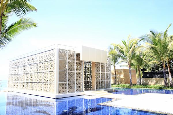 Sở hữu lối kiến trúc mang dáng dấp Hy Lạp, các hạng mục của resort đều được xây dựng mô phỏng các căn nhà thoáng rộng, hình khối đơn giản, sơn màu trắng nổi bật trên nền xanh giống như ở Địa Trung Hải.