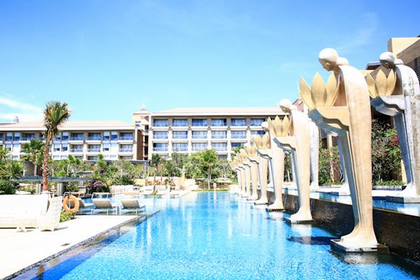 Điểm nhấn của hồ bơi là dọc theo lối đi và hai bên hồ, người ta cho dựng nhiều bức tượng cao lớn mô phỏng dáng dấp yêu kiều, mảnh khảnh của các cô gái Indonesia mộc mạc, giản dị.