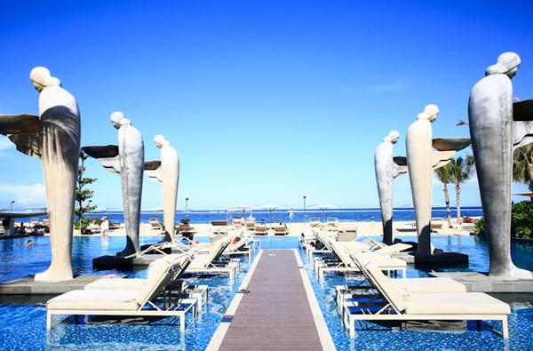 Hồ bơi ở Mulia được nhiều du khách bình chọn là đẹp nhất trên toàn đảo Bali với diện tích đáng nể, view nhìn thẳng ra biển và chất lượng sạch sẽ, đạt tiêu chuẩn chất lượng cao. Điểm nhấn của hồ bơi là dọc theo lối đi và hai bên hồ, người ta cho dựng nhiều bức tượng cao lớn mô phỏng dáng dấp yêu kiều, mảnh khảnh của các cô gái Indonesia mộc mạc, giản dị.