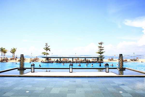 Khu nghỉ được chia làm 3 phần: The Mulia - ốc đảo thanh bình với dãy phòng ngủ và phòng trà sang trọng, Mulia Resort - khu nghỉ chính cùng các nhà hàng, Villas - khu biệt thự (lên tới 6 phòng ngủ một khu) nằm nép mình trong sự thanh bình và màu xanh của cây cối.