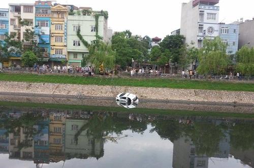 Chiếc xe gặp nạn thu hút đám đông hiếu kỳ.