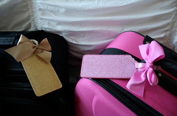 Tag sặc rỡ giúp chiếc vali được nhận ra từ xa. Ảnh:romantichome