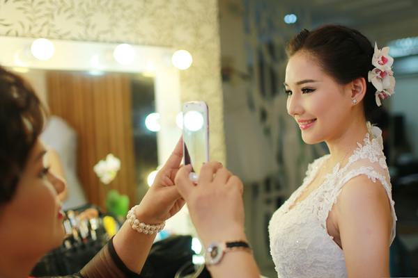 Vợ Duy Nhân diện 3 váy cưới lộng lẫy