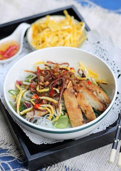 Bát miến đầy đủ nguyên liệu với mực khô giòn tan, chả cá dai, quyện với nhiều hương vị khác làm nên bát miến đầy đủ màu sắc, làm dễ, ăn lại ngon, bạn cùng thử nhé!