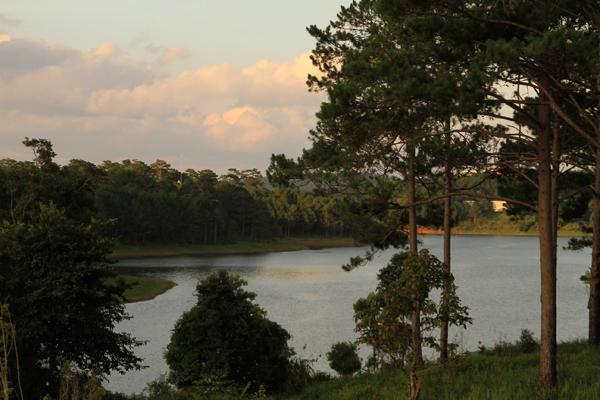 Không chỉ độc đáo, khu du lịch còn có lợi thế lớn với cảnh quan tuyệt đẹp của hồ Tuyền Lâm.