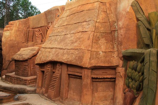 Đi dọc theo đường hầm là hình ảnh các ngôi nhà đặc trưng của người Lạch, người H
