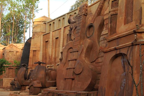 Không chỉ có các công trình kiến trúc, vách hầm còn được tác giả khắc họa những chiếc xe vespa đặc trưng của thành phố Đà Lạt.