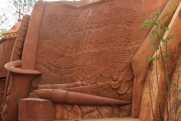 Nhạc phổ bài hát nổi tiếng Ai Lên Xứ Hoa Đào của tác giả Tường Nguyên cũng được khắc họa một phần ở đây...