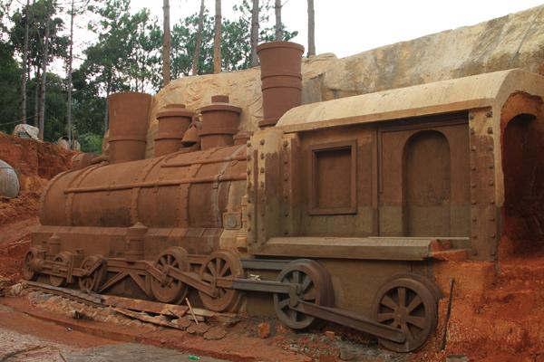 Chiếc đầu máy xe lửa ở nhà ga Đà Lạt cũng xuất hiện trong danh sách các công trình điêu khắc ở đây. Ngoài ra còn có viện sinh học