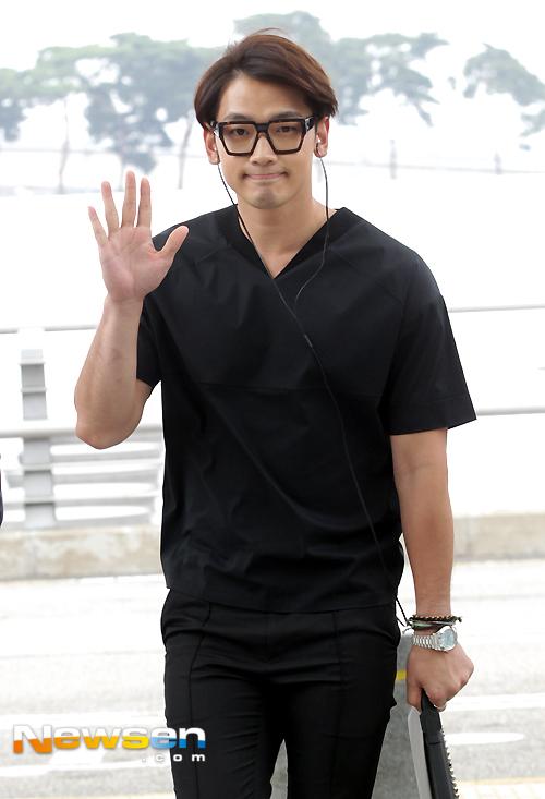 """Ngôi sao Hàn ăn mặc thoải mái, phong cách. Thời gian này, Bi Rain đang bận rộn với bộ phim """"Lộ thủy hồng nhan"""" đóng cùng diễn viên Lưu Diệc Phi."""