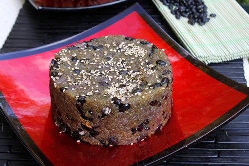 Là món xôi ngọt được yêu thích của người dân xứ Quảng, từng hạt gạo nếp dẻo thơm, quyện với hạt đỗ đen bùi và thoang thoảng mùi thơm của gừng, tuy giản dị nhưng rất ngon miệng.