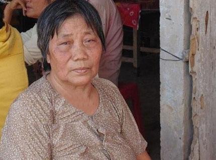 Bà Võ Thị Phát khóc nghẹn trong ngày đám tang con trai.
