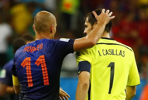 Robben an ủi thủ môn Casillas sau khi rời khỏi sân.