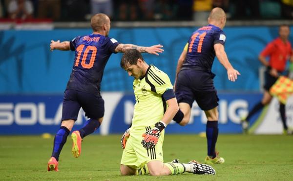 Casillas quỳ gối đổ gục thực sự sau khi Robben ghi bàn thắng