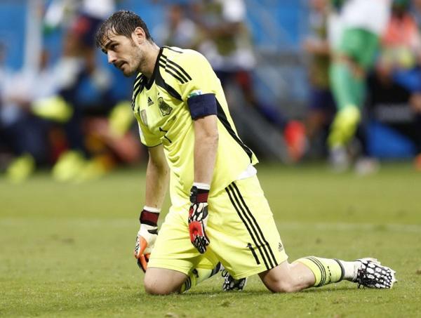 Hình ảnh bất lực, sụp đổ của thủ quân Casillas