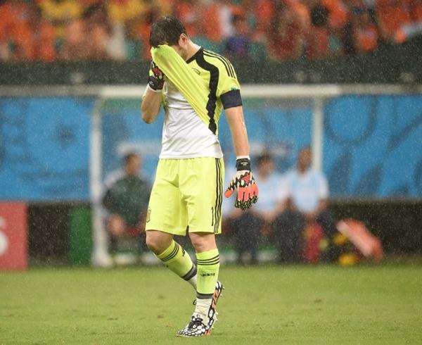 Thủ môn đội trưởng không giấu được sự thất vọng tràn trề, thất thểu đi ra khỏi sân.