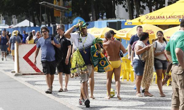 turistas-calcadao-copacabana2-2519-14027
