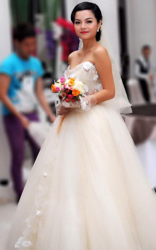 Trong ngày cưới, cô dâu Quỳnh Anh thay đổi khá nhiều phong cách,