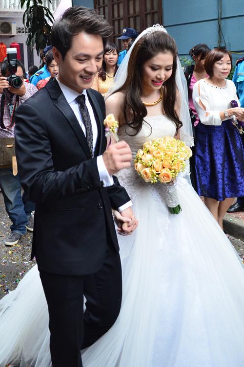 Chuẩn bị cho hôn lễ, cô dâu Thủy Anh cũng dành khá nhiều thời gian cho trang phục trong ngày cưới. Trước đám cưới vài tháng, cô đã cùng nhà thiết kế Phạm Đăng Anh Thư của thương hiệu váy Joli Poli lên ý tưởng cho hai bộ váy lộng lẫy. Với mong muốn đề cao nét đẹp tinh khôi, nhẹ nhàng, phù hợp với tính cách của cô dâu, hai gam màu trắng và vàng đồng được lựa chọn để thiết kế hai kiểu váy xòe bồng bềnh, duyên dáng.