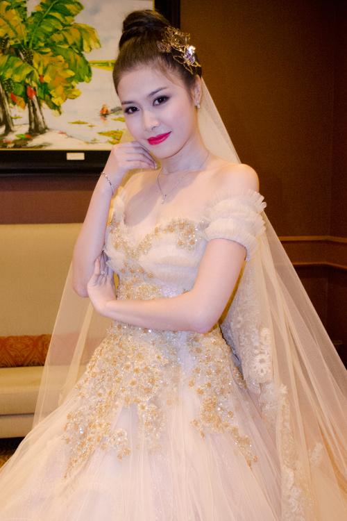 Côdâu của Đăng Khôi diện chiếc váy của nhà thiết kế Anh Thư. Chiếc váy có gam màu ngà với phần thân đính hoa ánhvàng kim tuyến, chân váy xòe bồng bềnh theo kiểu dáng công chúa.Toàn bộ chi tiết thêu ren, đính pha lê và bèo nhún trên thân áo đều được làm thủ công.