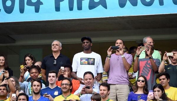 Kobe Bryan, siêu sao bóng rổ Mỹ cũng tới Brazil xem World Cup.