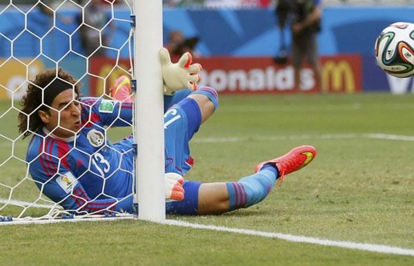 Trong khi đó bên phía Mexico, người hùng của họ chính là thủ môn Ochoa.