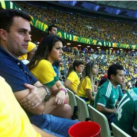 Người đẹp Bruna Marquezine, bạn gái Neymar lo lắng và căng thẳng trên khán đài.