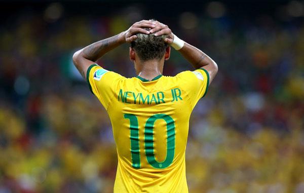 Người hùng của Brazil trong trận ra quân ôm đầu, tỏ vẻ bất lực khi không ghi được bàn thắng.
