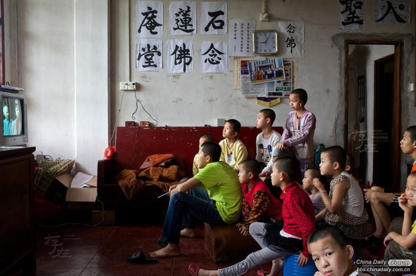 Master Yao Gai began to adopt orphans in 1996. He doesn't know how many orphans have been adopted by him. Without snacks, amusement parks, films or parents' love, only books on Buddhism, Buddhist music and images of Buddha accompany them. Sometimes they feel happy to get together to watch the video of Ji Gong.