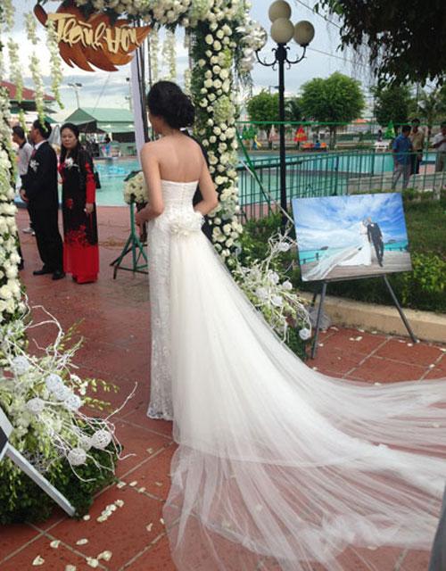 Ngọc Thạch tự hào khoe, vải may váy do chính cô và mẹ chồng chọn mua ở Hà Nội. Sau đó, người đẹp mang vào TP HCM để may tại tiệm quen. Toàn bộ chi phí cho chiếc váy chưa đến 10 triệu đồng, Thạch cười nói. Dù chi phí cho váy cưới không quá cao, nhưng Ngọc Thạch vẫn có chiếc váy lộng lẫy và đặc biệt là thiết kế theo ý của mình.