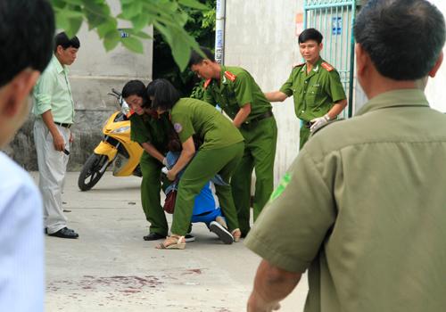 15h, em gái chị Thơm nghe hung tin đến hiện trường gào khóc, đòi được vào ôm thi thể chị.