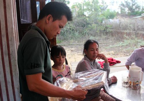 Anh Việt, chồng sắp cưới của chị Thơm đi phóng tạm di ảnh cho chị từ tấm ảnh thẻ công nhân.