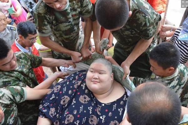 Hang Hang được 9 nhân viên cứu hộ bê đỡ. Ảnh: China News