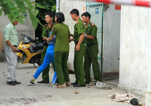 Em gái nạn nhân Thơm gào khóc khi nhìn thấy chỉ tử vong trên vũng máu.
