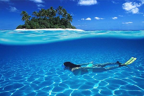 Maldives bao gồm hai mươi sáu đảo san hô ở Ấn Độ Dương. Các đầm phá được hình thành bởi các quần đảo này là rõ ràng nhất trên hành tinh. Những bãi biển cát trắng phản ánh màu ngọc lam và màu xanh thẳm của vùng biển này. Nhiều người trong số những hòn đảo không có người ở là, và những người được chỉ có thể được truy cập thông qua biển. Điều này đảm bảo rằng những hòn đảo duy trì vẻ đẹp nguyên sơ của họ. San hô tạo nên các hòn đảo, cũng cung cấp một môi trường hoàn hảo cho cuộc sống dưới nước.    Thực tế là một chuyến đi đến quần đảo Maldives sẽ, không thay đổi, xoay quanh thể thao dưới nước. Có rất ít khác để làm trên các đảo san hô. Nhược điểm duy nhất với quần đảo Maldives là họ là một trong những quốc gia nằm thấp nhất trên trái đất. Có một nguy cơ là họ có thể tìm thấy chính mình dưới nước trong những năm sắp tới. Nếu bạn muốn tận dụng lợi thế của các nước rõ ràng nhất trên hành tinh, đi sớm.