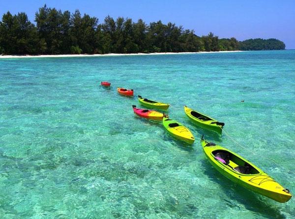 Sabah là trạng thái đông của Malaysia, chiếm phần phía bắc của đảo Borneo. Các bãi biển Sabah được biết đến với bãi cát trắng và nước tinh thể rõ ràng. Một số trong những bãi biển có dòng bờ rất nông cạn cho phép đi dạo đẹp trong mắt cá chân nước sâu.    Ngoài ra còn có rất nhiều điểm lặn nếu đó là điều của bạn. Sinh vật biển xung quanh Sabah là một số trong những đa dạng nhất trên thế giới. Nhiều người trong số những điểm lặn là một phần của nỗ lực bảo tồn đời sống biển và sẽ được xung quanh trong nhiều năm tới.