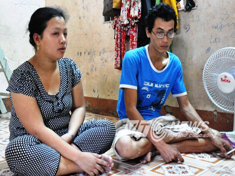 Vợ chồng anh Trần Văn Giàu và Nguyễn Thị Giàu đau đớn trước sự ra đi của con gái.