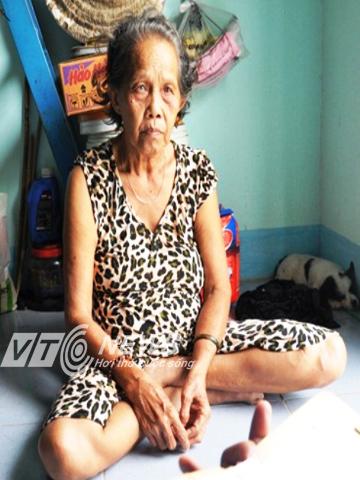 Bà Bùi Thị Lài buồn bã vì một chút lơ là đã khiến hai cháu nhỏ rơi xuống hồ cá