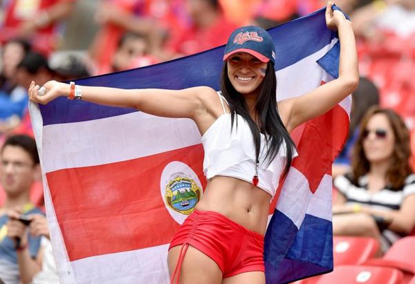 Bên phía dàn fan nữ của Costa Rica có một người đẹp rất được chú ý.