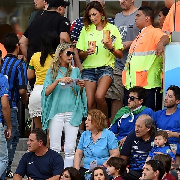 Alena Seredova, vợ cũ thủ thành Buffon, đưa hai con trai tới cổ vũ bố.