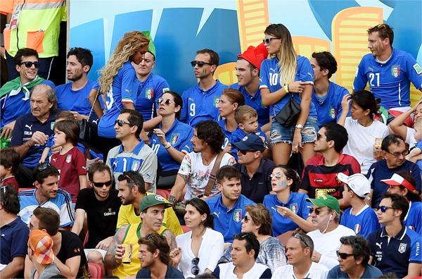 Siêu mẫu Bỉ, Fanny Neguesha, mặc áo đấu in số 9 của bạn trai Balotelli cũng tới sân cổ vũ.