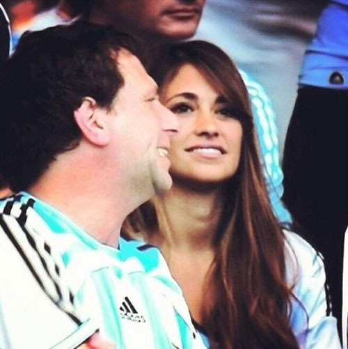 Antonella, bạn gái của Messi, cũng tới sân Mineirao cổ vũ anh.