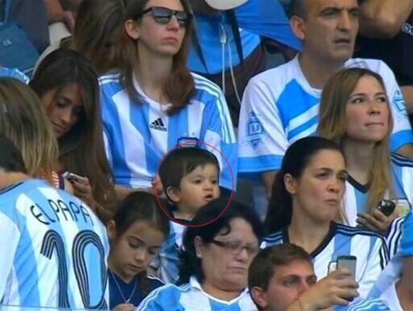 Cậu nhóc Thiago, con trai Messi, theo mẹ tới sân, gây chú ý với người xung quanh với vẻ dễ thương, ngộ nghĩnh.